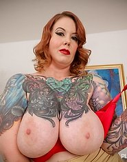 Vayna Vixen is one hot sexy plumper milf babe who is here to show off her voluptuous curves. Her plump juicy tits and her ass look hot in her tight ye