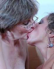 Chubby mature chick shows a gorgeous girl some tricks in lesbian making out